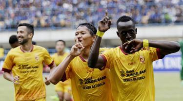 Pemain Sriwijaya FC, Konate Makan dan Adam Alis, melakukan selebrasi usai membobol gawang PSMS pada laga Piala Presiden di Stadion GBLA, Bandung, Jumat (26/1/2018). Sriwijaya FC menang 2-0 atas PSMS. (Bola.com/M Iqbal Ichsan)