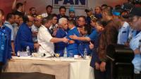 Usai pengumuman hasil voting pemilihan Ketum PAN, Hatta Rajasa dan Zulkifli Hasan berangkulan. (Liputan6.com/Silvanus Alvin)