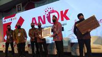 Penghargaan atas keberhasilannya dalam melaksanakan pencegahan korupsi tersebut, diserahkan oleh Ketua KPK Firli Bahuri dan diterima Kepala SKK Migas Dwi Soetjipto (Dok. Humas SKK Migas / Nefri Inge)