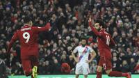 Roberto Firmino dan Mohamed Salah merayakan gol yang dicetak ke gawang Crystal Palace dalam laga lanjutan Premier League di Anfield, Sabtu (19/1/2019). (AP Photo/Rui Vieira)