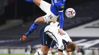 Pemain Brighton and Hove Albion Adam Lallana (atas) melanggar pemain Tottenham Hotspur Harry Kane pada pertandingan Liga Premier Inggris di Tottenham Hotspur Stadium, London, Minggu (1/11/2020). Tottenham Hotspur menang 2-1. (Mike Hewitt / Pool via AP)