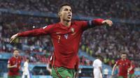 Cristiano Ronaldo menyamai rekor Ali Daei. Dengan dua golnya ke gawang Prancis, Cristiano Ronaldo menyamai perolehan 109 gol Ali Daei sebagai top skor di level timnas. Dengan usia yang menginjak 36 tahun, tidak ada tanda-tanda penurunan performa sang megabintang. (Foto: AP/Pool/Bernadett Szabo)