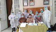 Bupati Garut Rudy Gunawan, dan petugas Dinas Kesehatan sebelum melakukan test swab di Pendopo, Garut, Jawa Barat. (Liputan6.com/Jayadi Supriadin)