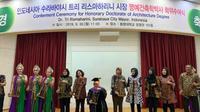 Wali Kota Surabaya Tri Rismaharini menerima gelar Doktor Honoris Causa oleh Tongmyong Univercity, Busan, Korea Selatan (Korsel). (Foto: Liputan6.com/Dian Kurniawan)