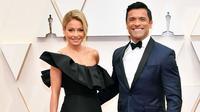 Kelly Ripa dan Mark Consuelos saat menghadiri 92nd Annual Academy Awards di Hollywood and Highland pada 9 Februari 2020 di Hollywood, California. (AMY SUSSMAN / GETTY IMAGES NORTH AMERICA / GETTY IMAGES VIA AFP)