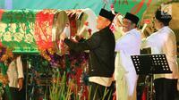 Gubernur DKI Jakarta, Djarot Saiful Hidayat bersama Kapolda Metro Jaya, Irjen Pol M. Iriawan dan Pangdam Jaya Mayjen Jaswandi memukul beduk dalam Festival Pukul Beduk dan Gema Takbir 2017 di Balai Kota, Jakarta, Sabtu (24/6). (Liputan6.com/Angga Yuniar)