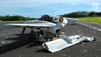Puing pesawat latih yang jatuh di Bandara Tunggul Wulung, Cilacap, Jawa Tengah, Selasa (20/3). Satu pilot tewas dalam kecelakaan tersebut. (Liputan6.com/HO)