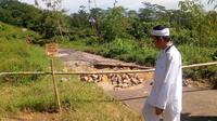 Bupati Purwakarta Dedi Mulyadi meninjau lokasi jalan desa yang tepat berada dilahan milik PT KAI di Kampung Cisuren, Jatiluhur, Purwakarta.