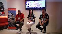 CEO Bali United, Yabes Tanuri (kiri), bersama perwakilan YCAB di Bali United Cafe, Gianyar, Minggu (18/11/2018). (Bola.com/Aditya Wany)