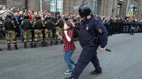 Polisi Rusia membubarkan aksi protes yang menentang perubahan kebijakan pensiun (AP/Roman Pimenov)