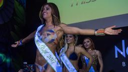 Rosie Oliveira dari Amazonas berpose saat memenangkan kontes Miss Bumbum Brazil 2017 di Sao Paulo, Brasil (7/11). Sebanyak 15 kontestan bersaing dalam kontes kecantikan bokong seksi tersebut. (AFP PHOTO/Nelson Almeida)