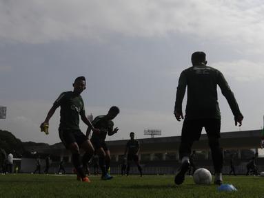 Siluet para pemain Timnas Indonesia U-22 saat latihan di Stadion Madya, Jakarta, Selasa (8/1). Latihan ini merupakan persiapan jelang Piala AFF U-22. (Bola.com/Vitalis Yogi Trisna)