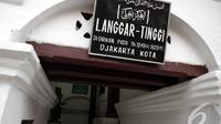 Langgar Tinggi Pekojan didirikan pada 1249 H / 1829 M oleh seorang pedagang muslim dari Yaman bernama Abubakar Shihab, Jakarta, Sabtu (12/7/2014) (Liputan6.com/Faizal Fanani)