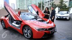 President Director of BMW Group Indonesia Karen Lim (kiri) berbincang dengan pembeli pertama unit mobil hybrid BMW i8 Protonic Red Edition, Sonny Kastara usai penyerahan mobil tersebut di Jakarta, Kamis (20/4).(Liputan6.com/Angga Yuniar)
