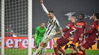 Bintang Juventus, Cristiano Ronaldo, memperlihatkan gesture kemenangan saat gawang AS Roma kebobolan dalam laga giornata 21 Serie A di Allianz Stadium, Minggu (7/2/2021) dini hari WIB. Juventus menang 2-0 dalam laga ini. (Isabella BONOTTO / AFP)