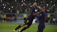 Dua pemain Barcelona, Jordi Alba (kiri) dan Gerard Pique, merayakan gol ke gawang Sevilla pada laga Piala Super Spanyol, di Stade Ibn Batouta, Tangiers, Minggu (12/8/2018). (AFP/Fadel Senna)
