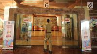 Sejumlah Pegawai Negeri Sipil (PNS) berjalan masuk menuju Balai Kota, Jakarta, Senin (3/7). Pasca libur Lebaran seluruh PNS Pemprov DKI terlihat masuk kerja kembali seperti biasanya. (Liputan6.com/Gempur M Surya)