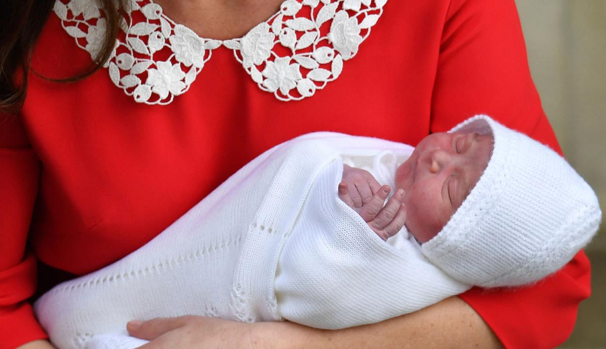 Pangeran William dan Kate Middleton memperlihatkan wajah bayi ketiga mereka ketika akan meninggalkan Rumah Sakit St Mary's di Paddington, London, Senin (23/4). Kate pulang ke Istana kurang dari 7 jam setelah proses lahiran. (John Stillwell/Pool via AP)