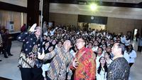 Mensesneg Pratikno didampingi sejumlah pejabat berfoto selfi dengan para PNS yang baru dilantiknya, di aula Gedung III Kemensetneg, Jakarta, Selasa (19/2) pagi. (Foto: Rahmat/Humas/Setkab)