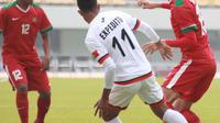 Pemain Timnas Indonesia U-19, Hanif Saghara (kanan) mencoba melewati adangan pemain Timor Leste, Expedito pada laga Kualifikasi Piala Asia 2017 di Stadion Paju Public, Korea Selatan, 2/11/2017). Indonesia menang 5-0. (PSSI/Bandung Saputra)