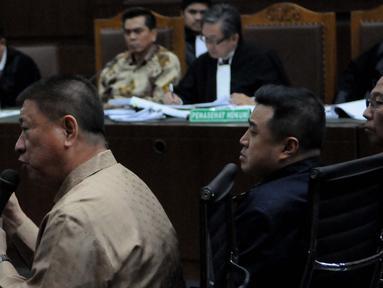 Bos Agung Sedayu Group, Sugianto Kusuma alias Aguan (kiri) bersaksi di Pengadilan Tipikor, Jakarta, Rabu (7/9). Aguan bersaksi untuk Mohamad Sanusi terkait kasus Raperda Reklamasi Pantai Utara Jakarta. (Liputan6.com/Helmi Afandi)