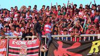 Penggemar Madura United, K-Conk Mania. (Bola.com/Aditya Wany)