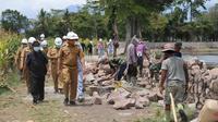 Wakil Bupati Garut Helmi Budiman tengah meninjau progres pembangunan proyek revitalisasi kawasan wisata Situ Bagendit, Garut, Jawa Barat. (Liputan6.com/Jayadi Supriadin)