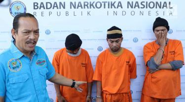 Deputi Pemberantasan BNN Irjen Arman Depari menunjukkan tersangka kasus narkoba di Gedung BNN, Jakarta, Kamis (29/3). Selama Maret 2018, BNN berhasil mengungkap tiga kasus penyelundupan narkotika jaringan internasional. (Liputan6.com/Immanuel Antonius)