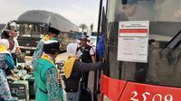 Jemaah haji Indonesia akan naik ke atas bus. Foto: Darmawan/MCH