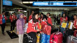 Pebulutangkis tim Piala Uber Indonesia, Ni Ketut Mahadewi, saat tiba di Bandara Soekarno-Hatta. Sementara itu tim Piala Uber Indonesia berhasil mencapai perempat final  setelah takluk dari Korea Selatan. (Bola.com/Vitalis Yogi Trisna)