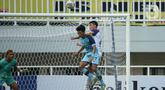Pemain Persela Lamongan, Malik Risaldi (tengah) berebut bola dengan pemain Persita Tangerang, Syaeful Anwar dalam match day ketiga BRI Liga 1 2021/2022 di Stadion Pakansari, Bogor, Jumat (17/9/2021). Tim Pendekar Cisadane menang tipis 1-0 atas Persela Lamongan. (Bola.com/Ikhwan Yanuar)