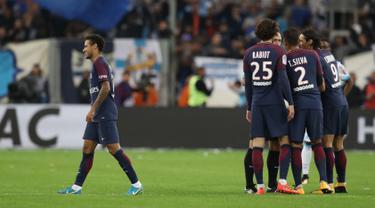 Pemain Paris Saint-Germain, Neymar berjalan di lapangan usai mendapat kartu merah ketika menghadapi Olympique Marseille pada Liga Prancis (Ligue 1) di Stadion Velodrome, Minggu (22/10). PSG ditahan Olympique Marseille 2-2 . (Valery HACHE/AFP)