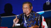 Ketua Umum Partai Demokrat Susilo Bambang Yudhoyono memberi sambutan pembuka saat pertemuan dengan Wakil Ketua KPK, Basaria Panjaitan (kanan) di DPP Partai Demokrat, Jakarta, Rabu (13/9). (Liputan6.com/Helmi Fithriansyah)