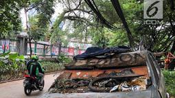 Sebuah mobil patroli Polsek Tanah Abang tampak mangkrak dan tidak terurus di kawasan Tanah Abang, Jakarta, Rabu (6/3). Sebagian spare part mobil telah rusak dan hilang. (Liputan6.com/Fery Pradolo)