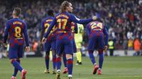Striker Barcelona Antoine Griezmann berselebrasi usai mencetak gol ke gawang Getafe dalam lanjutan Liga Spanyo di Camp Nou, Sabtu (15/2/2020). (AP Photo/G.Garin)