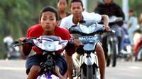 Remaja usia sekolah kebut-kebutan menggunakan motor di Jembatan Fly Over Duku batas kota, Kabupaten Padangpariaman, Sumbar. Meresahkan pengendara lain yang dilakukan setiap malam minggu. (Antara).
