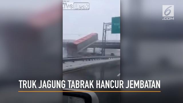 Rekaman video, sebuah truk yang membawa jagung menabrak jembatan hingga hancur.