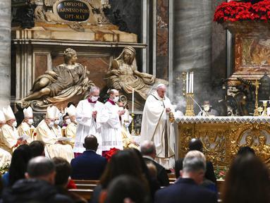 Paus Fransiskus merayakan misa pada malam Natal di Basilika Santo Petrus, Vatikan, Kamis (24/12/2020). Natal tahun ini dirayakan oleh umat Kristiani dunia di tengah pandemi COVID-19. (Vincenzo Pinto/Pool Photo via AP)