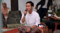 Gibran Rakabuming Raka memakai sarung saat menjadi pembicara Talkshow Ngaji Eknomi Kreatif di Pondok Pesantren Al Muayad Solo.(Liputan6.com/Fajar Abrori)