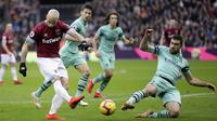 Striker West Ham United, Marko Arnautovic, melepaskan tendangan saat melawan Arsenal pada laga Premier League di Stadion London, Sabtu (12/1). West Ham United menang 1-0 atas Arsenal. (AP/Tim Ireland)