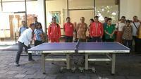 Menpora Imam Nahrawi bermain tenis di sela-sela pelepasan kontingen Paralimpiade Indonesia di Solo, Jumat (2/9/2016). (Bola.com/Romi Syahputra)