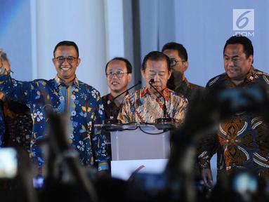 Gubernur DKI Jakarta Anies Baswedan (kedua kiri) memberi salam saat menghadiri pembukaan perayaan 60 tahun hubungan diplomatik Indonesia-Jepang di area Museum Fatahillah, Jakarta, Jumat (19/1). (Liputan6.com/Helmi Fithriansyah)