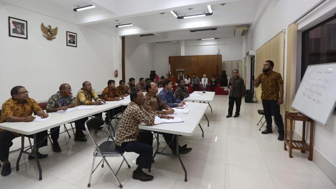 Kedutaan Besar Republik Indonesia di Dhaka sedang mengadakan kelas bahasa di KBRI, Dhaka, Bangladesh, Rabu 21 November 2018. Salah satu peserta diminta untuk maju ke depan dan menyanyikan 'Balonku Ada Lima'. (Liputan6.com/Afra Augesti)