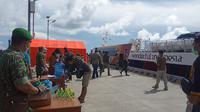 Pengawasan terhadap para penumpang Mentawai Fast di Dermaga Tuapeijat.