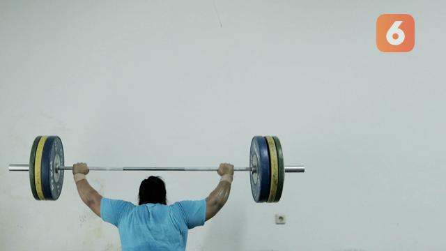 Atlet angkat besi, Nurul Akmal, saat latihan di Pelatnas angkat besi, Jakarta, Rabu (21/3/2018). Latihan tersebut untuk persiapan Asian Games 2018. (Bola.com/M Iqbal Ichsan)