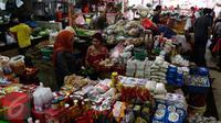 Aktivitas jual beli di pasar Kebayoran Lama, Jakarta, Selasa (3/1). BPS menyebut kelompok bahan makanan menjadi penyumbang inflasi terbesar sepanjang 2016 yakni mencapai 1,21 persen dari inflasi 2016 yang mencapai 3,02 persen. (Liputan6.com/Angga Yuniar)
