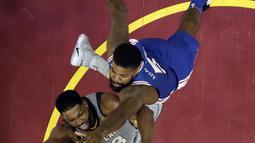 Duel pemain Cleveland Cavaliers, Tristan Thompson (kiri) dan pemain Philadelphia 76ers, Amir Johnson pada laga NBA basketball game di Quicken Loans Arena, Cleveland,  (1/2/2018).  Cavs kalah 97-108. (AP /Tony Dejak)