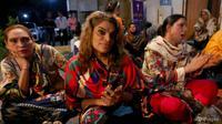 Komunitas transgender menghadiri kebaktian di gereja pertama Pakistan di Karachi, pada hari Jumat, 13 November 2020. (Foto: AP / Fareed Khan)