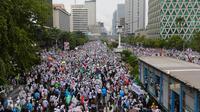 Peserta aksi damai 2 Desember memadati Jalan MH Thamrin, Jakarta, saat membubarkan diri setelah melaksanakan Salat Jumat berjamaah, Jumat (2/12). Sambil berorasi, massa aksi damai 212 berangsur membubarkan diri dengan tertib. (Liputan6.com/Fery Pradolo)