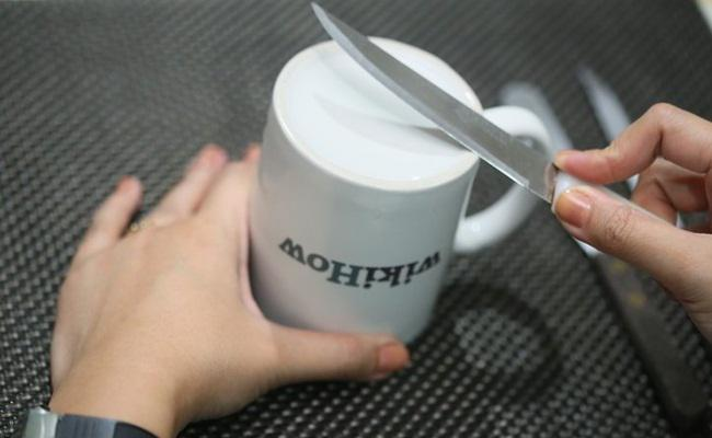 Tips mengasah pisau dengan gelas mug/copyright Wikihow.com